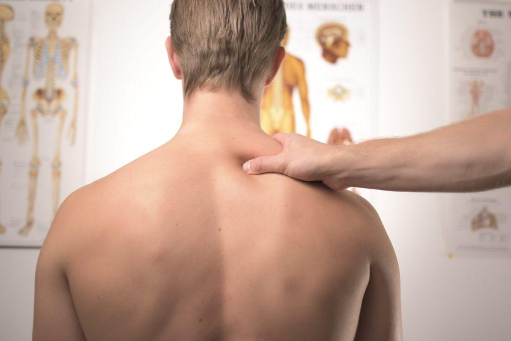 肩の診療をされる男性
