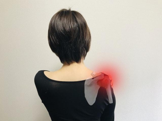 肩を痛がる女性