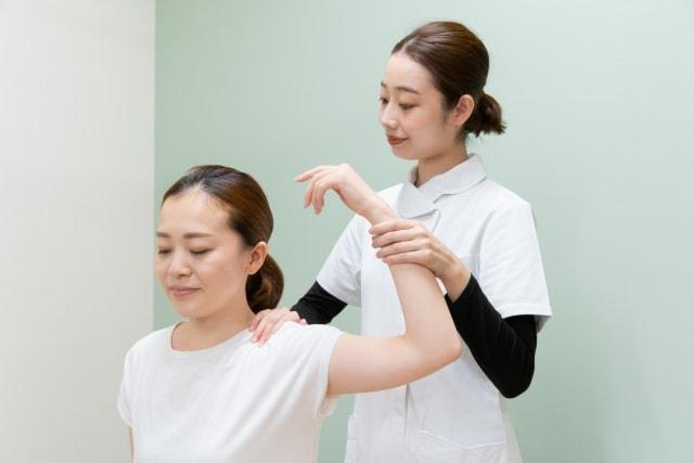 肩のリハビリを受ける女性